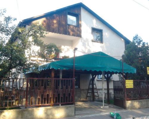 Zöld ponyva tető